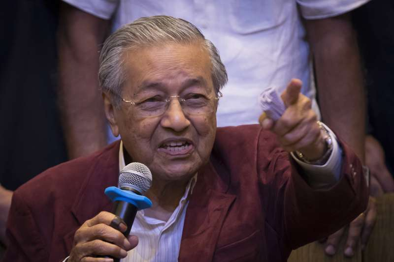 2018年5月9日馬來西亞國會選舉,92歲前總理馬哈地領導的反對黨陣營「希望聯盟」(希盟)贏得下議院過半數席位,拿下執政權(AP)