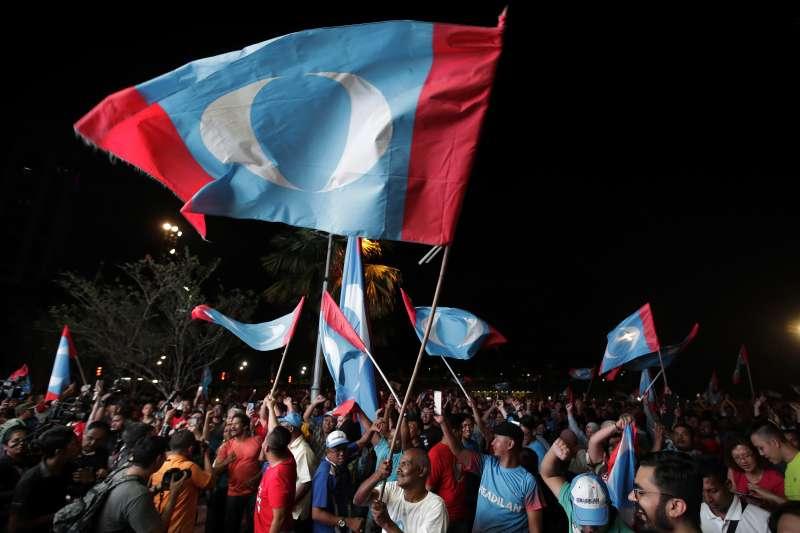 2018年5月9日馬來西亞行國會選舉,前總理馬哈地領導的反對黨陣營「希望聯盟」(希盟)贏得下議院過半數席位,拿下執政權(AP)