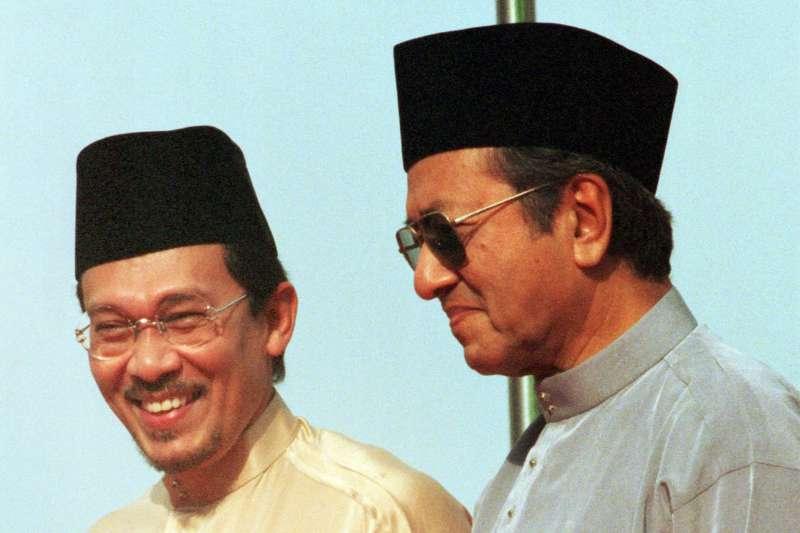 2018年5月馬來西亞大選變天,馬哈地(右)與昔日副手安華再度合作,締造奇蹟(AP)