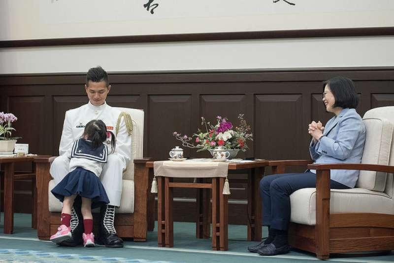 海軍儀隊上兵蘇祈麟10日獲總統蔡英文於總統府接見,蘇小妹妹開心得滿場飛奔。(取自總統府)