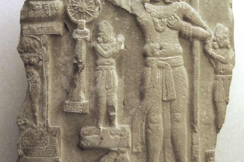 公元前1世紀-公元1世紀的轉輪聖王像(很可能是阿育王)。來自安德拉邦 Amaravati,現存於巴黎吉美博物館。(取自維基百科)
