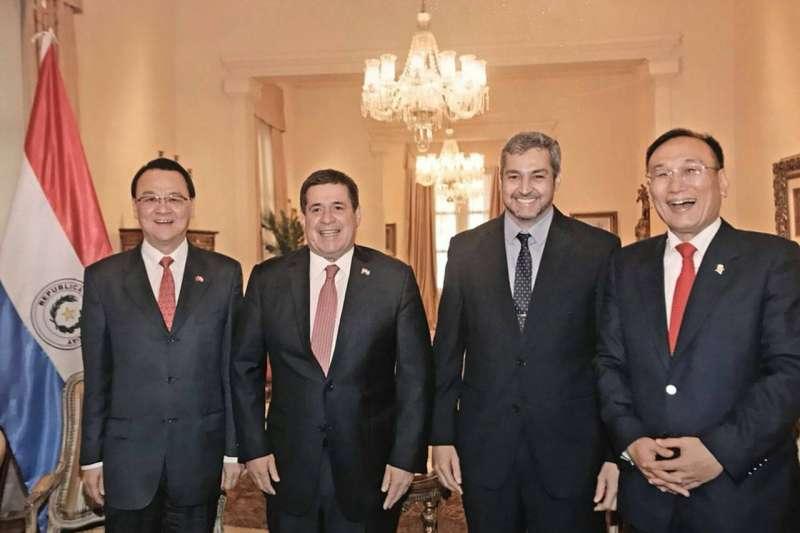 2018年5月7日外交部次長劉德立及駐巴拉圭大使周麟,受邀至巴國總統官邸接受現任總統卡提斯及總統當選人阿布鐸宴請合照 。左至右:駐巴拉圭大使周麟、巴拉圭現任總統卡提斯、巴拉圭總統當選人阿布鐸、外交部次長劉德立。(外交部提供)