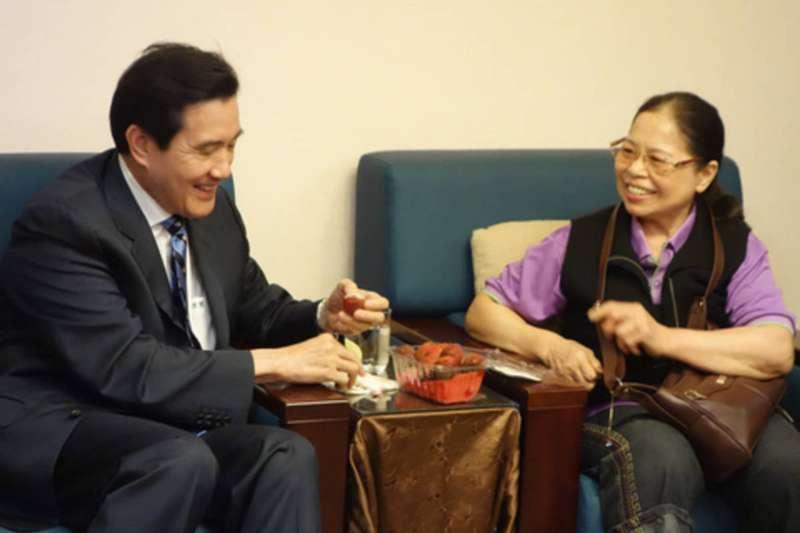 善心菜販陳樹菊(右)日前希望前總統馬英九(左)再參選,遭到批評。(資料照,翻攝台北市教育e週報)