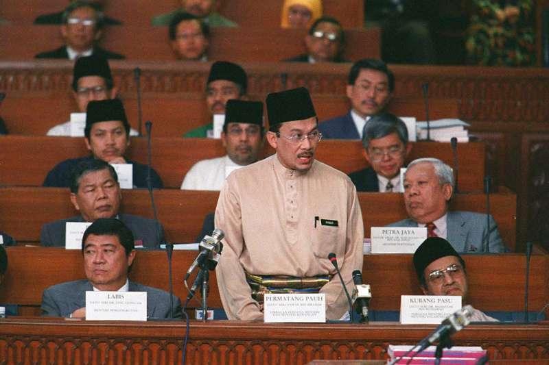 時任馬來西亞副總理與財政部長的安華1997年在國會發言。(美聯社)