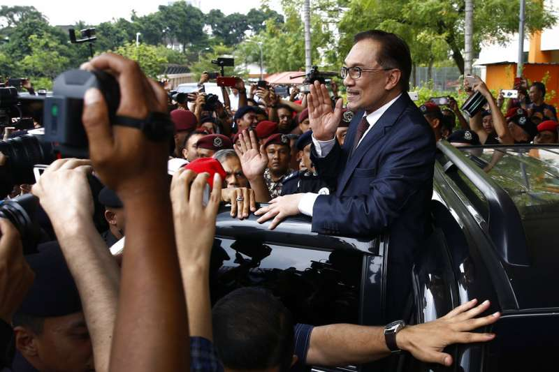 2018年5月16日,正式獲釋、恢復自由參政之身的安華向支持者揮手致意。(美聯社)