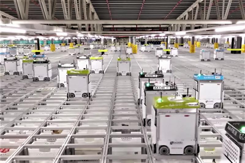 機器人展現超出傳統倉庫的效率,能在一週內完成 350 萬件分揀。面對自動化的浪潮,廠內工人又是作何感想呢?(圖/截自Youtube)