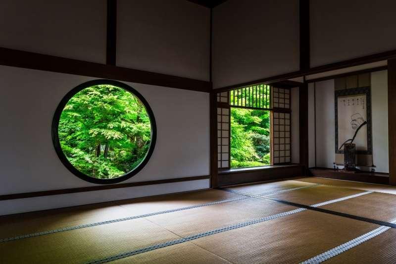 四角形的「妄念之窗」代表沒人能逃脫的生老病死等四苦八苦,而圓形的「頓悟之窗」則代表禪、圓通之心與大宇宙。(圖/ZEKKEI Japan)
