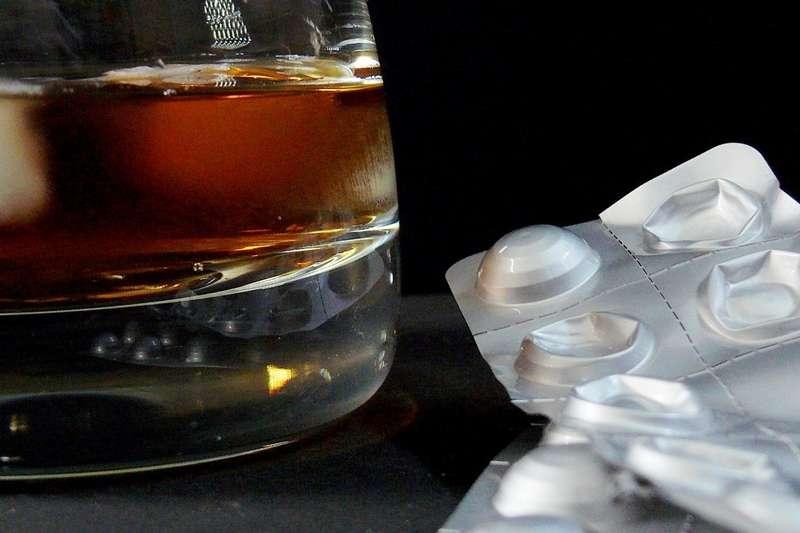 止痛藥真的可以配酒嗎?(圖/pixabay)