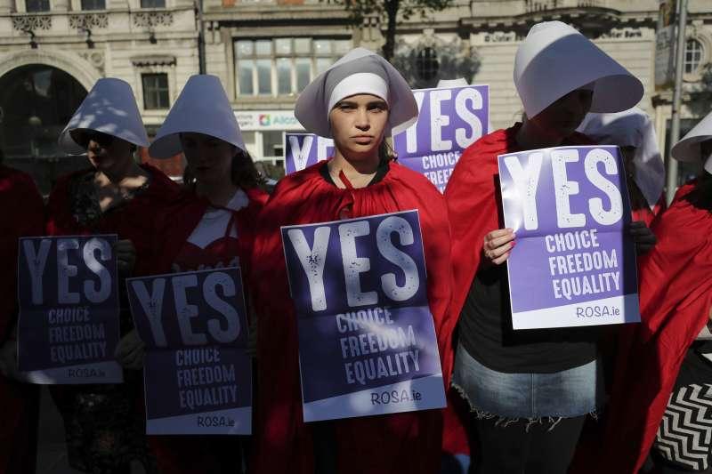 愛爾蘭鬆綁墮胎修憲公投25日登場,贊成修憲民眾扮成「使女的故事」角色。(美聯社)