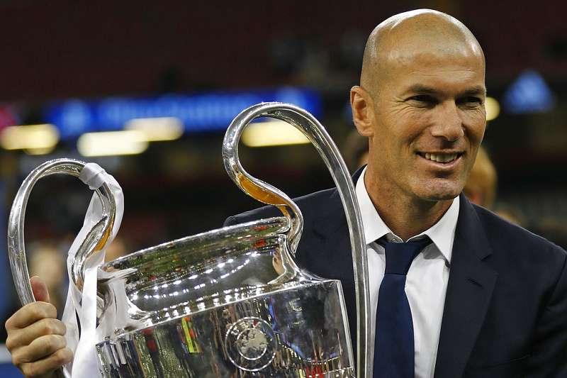 法國足球傳奇席丹剛帶領皇馬奪下歐冠獎盃,也意外交出兵符。(美聯社)