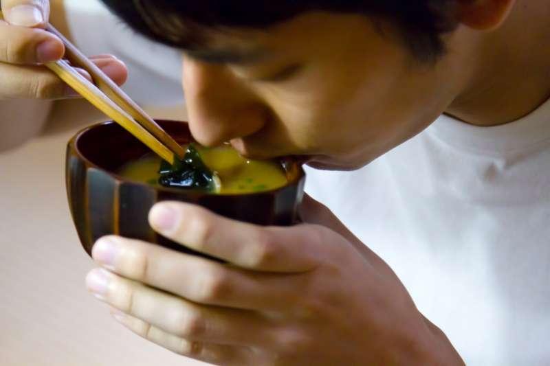 味噌湯是台灣最普遍,也最受民眾歡迎的日式料理之一,但許多人卻對味噌種類一知半解,到超商看到整排卻不知道該怎麼挑。(圖/pakutaso)