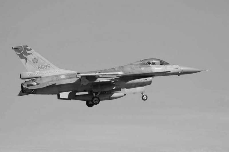 空軍飛官吳彥霆駕駛編號6685的F-16戰機,昨在北部空域執行演訓任務時墜機身亡。(翻攝國防部臉書)