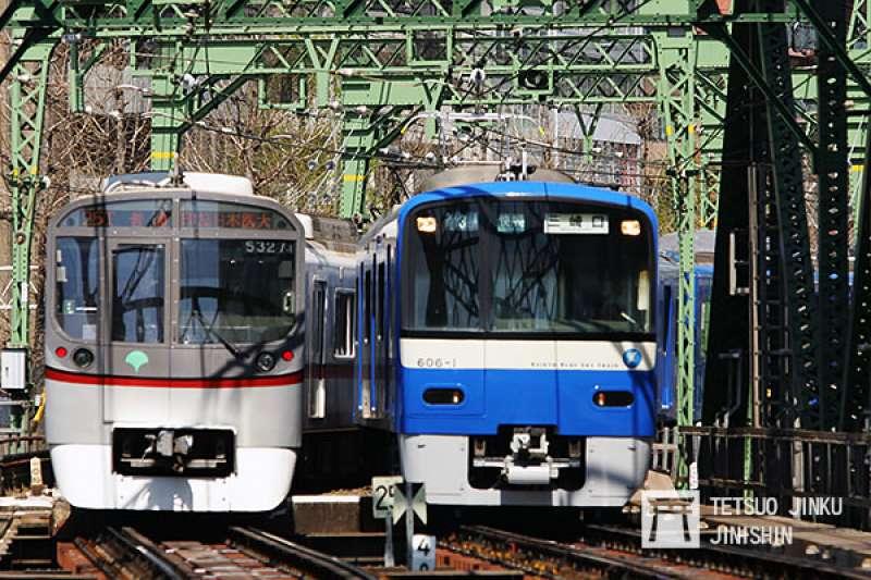 都營淺草線是日本第一條與其他私鐵直通運轉的地下鐵路線,所以會出現京急線車輛(右邊),與淺草線車輛(左邊)同時出現的景象。(攝影:陳威臣)