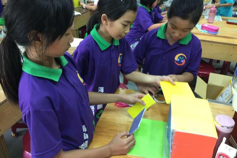 在這間國小,孩子們上自然課用不到課本習作,而是由老師引導,從動手做中學習。(圖/盧俊良提供|想想論壇)