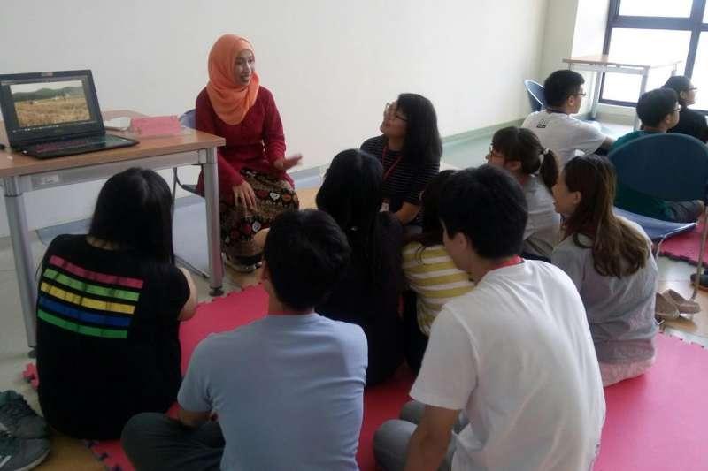 透過文化交流和教育深根,要讓他鄉變故鄉,圖中為主動清掃台中綠川河岸環境的印尼移工Pindy和學生分享她在台灣的生活。(圖/想想論壇提供)