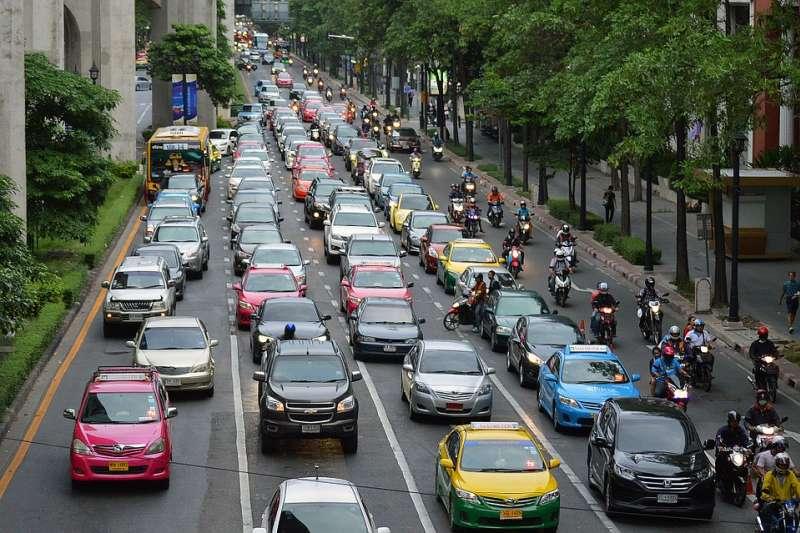 台灣汽車駕駛人態度較傲慢,將馬路當專屬汽車空間,不太禮讓行人。(示意圖/quinntheislander@pixabay)