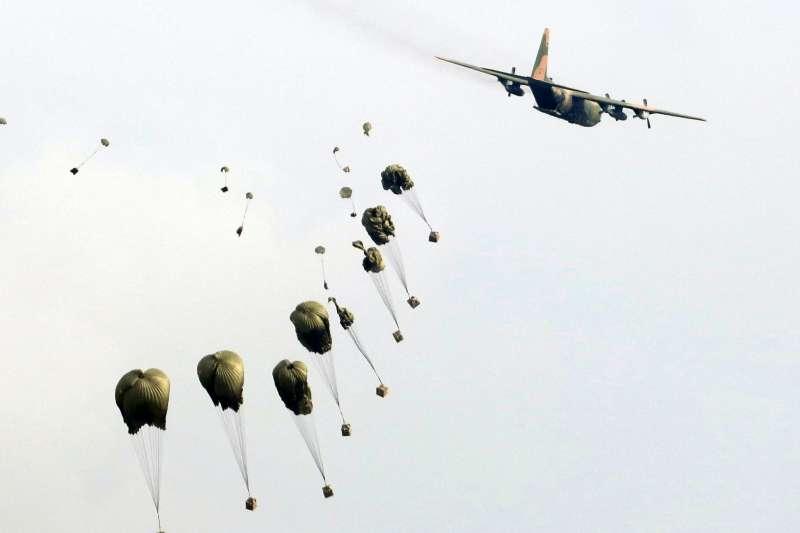 20180607-漢光演習實兵演練進入第四天,7日上午在第五作戰區台中清泉崗基地進行「聯合反空機降作戰演練」。圖為C-130運輸機空投物資。(蘇仲泓攝)