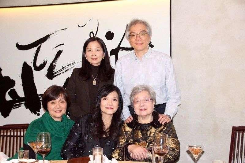 隱忍半世紀,平鑫濤前妻林婉珍女士(前排右1)終於說出自己的故事。圖為林婉珍與兒女兒媳一家人。(皇冠出版提供)