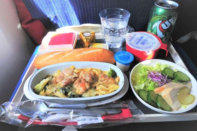 為了防止飛航中發生食品中毒案件,空廚公司的研發製備總是以安全考量為優先,從統整國際間食安法規、選擇供應商,直到驗收高門檻、冷藏溫度、微生物監測,都是飛機餐把關重點。(圖/m-louis .@flickr)