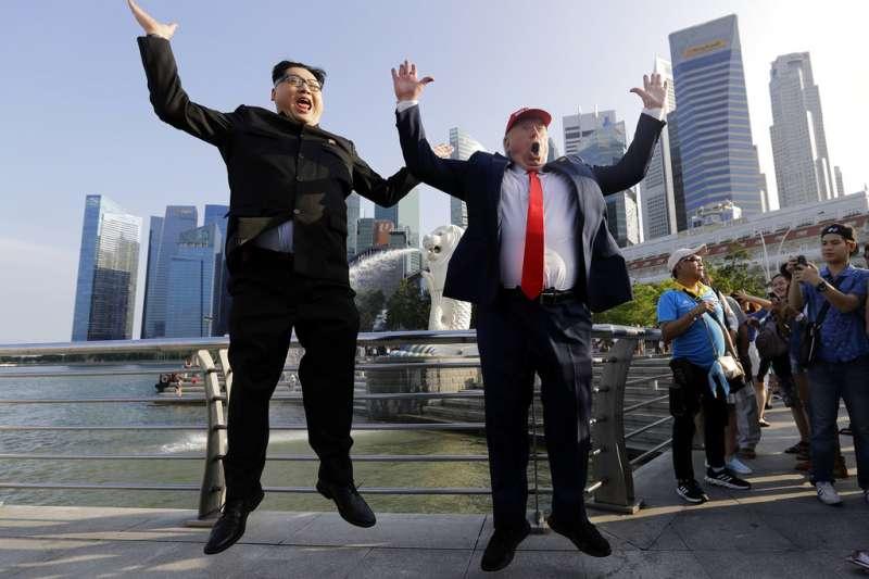 新加坡魚尾獅公園前,民眾模仿川普與金正恩。AP