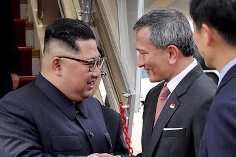 2018年6月10日,北韓(朝鮮)國務委員會委員長金正恩搭機飛抵新加坡,星國外長維文(Vivian Balakrishnan)在樟宜國際機場迎接。(AP)