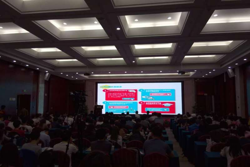 8日在廈門的海論活動台灣人才就業創業既實習見習政策說明會現場,廈門官方說明廈門對台青惠台政策。(張家豪攝)