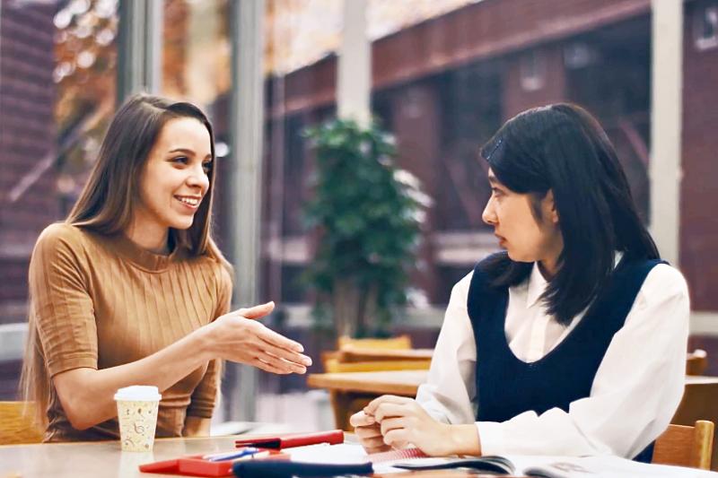 巧遇朋友的問候語怎麼說?如何開話題、聊天、結束話題?教你幾句簡短對話讓你可以與人應對交談!(示意圖非本人/翻攝自youtube)