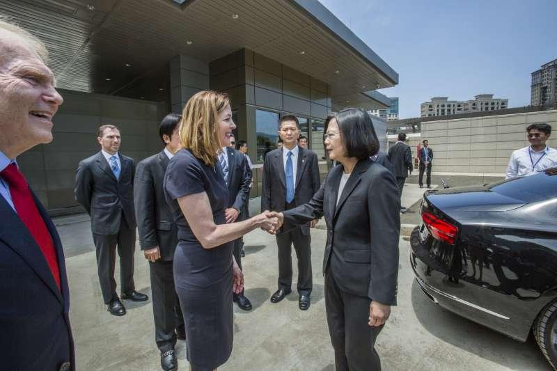 總統蔡英文(右)12日出席「美國在台協會內湖新館落成啟用典禮」。(取自flickr@總統府)
