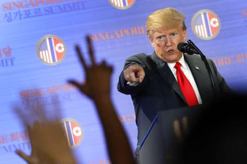 2018年6月12日,美國總統川普舉行「川金會」後記者會,表示要停止美韓軍演。(AP)