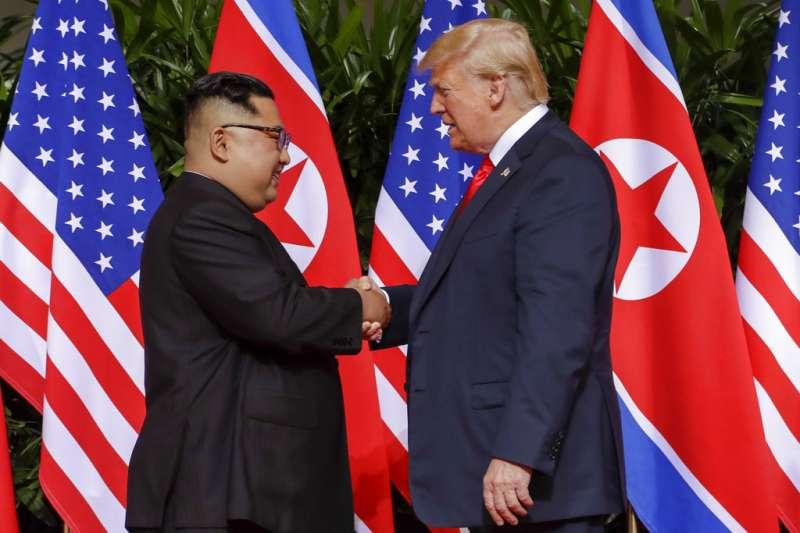 2018年6月12日,美國總統川普與北韓最高領導人金正恩在新加坡嘉佩樂酒店握手,展開世紀「川金會」。(AP)