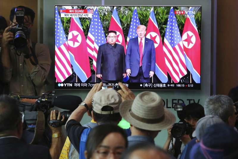 南韓民眾關注川金會實況。(AP)