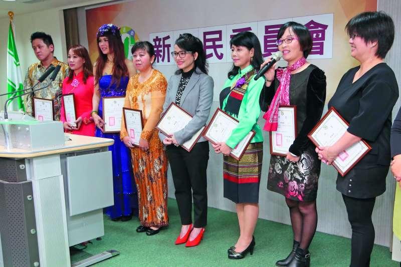 民進黨新住民委員會委員李孟涵(左二)有意參選,但缺乏經費。(郭晉瑋攝)