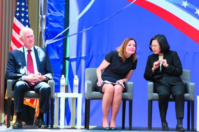 代表美國政府參禮的助理國務卿羅伊斯(中),不時與蔡英文(右)交頭接耳。(柯承惠攝)