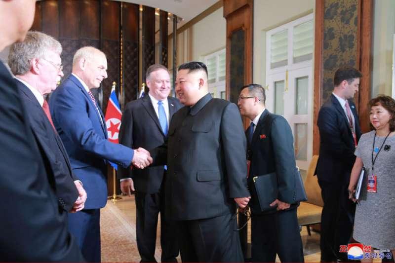 2018年6月12日新加坡川金會,金正恩與美國白宮幕僚長凱利握手(朝中社)