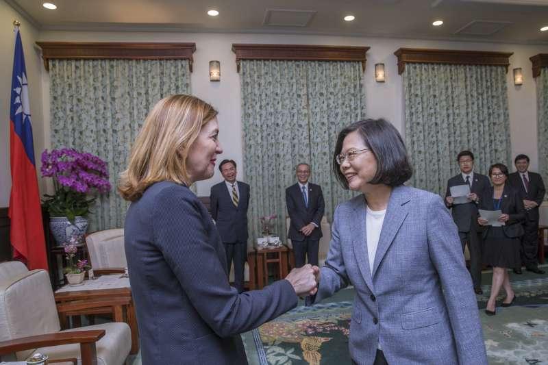 蔡英文總統13日下午接見美國國務院教育暨文化事務助卿羅伊斯(Marie Royce,左)。(取自總統府)