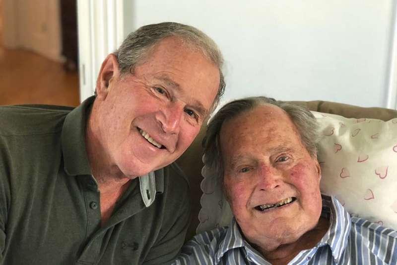 美國前總統老布希(George H.W. Bush)6月12日度過94歲生日,兒子小布希總統(George W. Bush)開心PO照(AP)