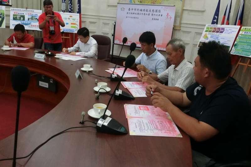 台中市府環保局長白智榮跟外埔區外埔區及周邊農民代表簽署收購稻稈合作意向書。(圖/王秀禾攝)