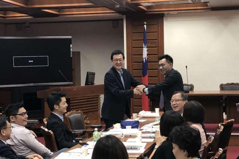 20180614_國民黨團立法院總召選舉,江啟臣(後右)以2票險勝,他與費鴻泰(後左)握手。(周怡孜攝)