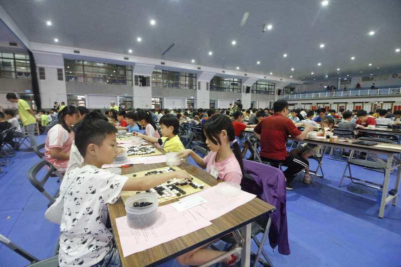 2018廣秀盃全國圍棋公開賽於學生活動中心舉行,現場座無虛席。(圖/育達科大提供)