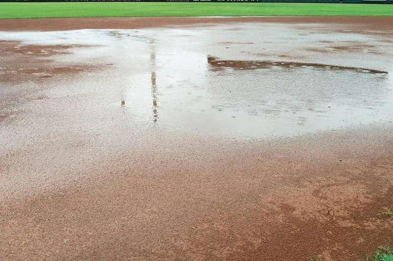 桃猿與統一獅上半季最後一戰因雨延期。 (圖片取自中職臉書)