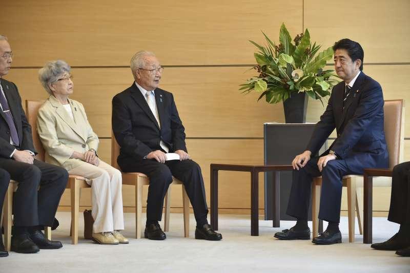 2018年4月,日本首相安倍晉三接見「遭北韓綁架日本人」家屬(AP)