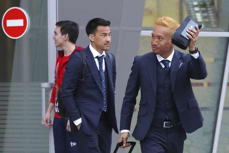 長友佑都(右)已經3度為日本出征世足,突然染金髮希望像超級賽亞人般勇猛。(美聯社)