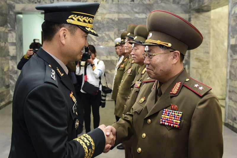 2018年6月14日,南北韓軍方在非軍事區板門店北韓一側的「統一閣」舉行第8次「將軍級軍事會談」,左為南韓首席代表金度均,右為北韓首席代表安益山(AP)