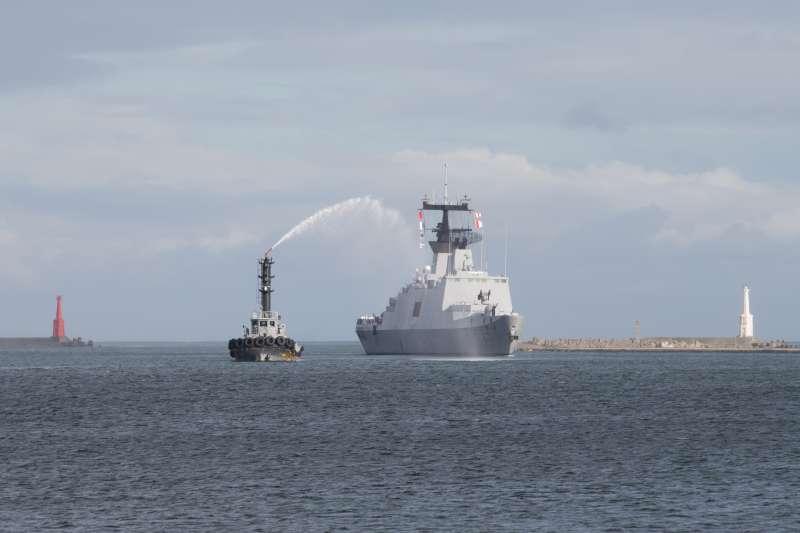 20180614_海軍敦睦艦隊返抵左營軍港。昆明軍艦返港時, 拖駁船噴起歡迎水柱。(軍聞社提供)