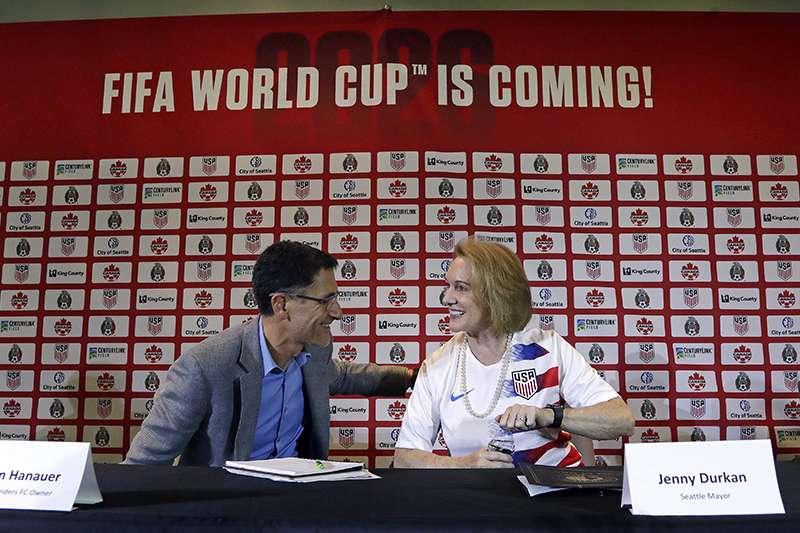 國際足總在2018世界盃開踢前舉行年會,決定2026世界盃承辦國,最後投票決定由美加墨共同承辦,繼24年後世界盃再次回到北美洲。(美聯社)