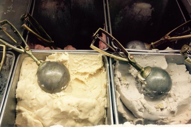 叭噗冰的Q度秘訣在於加入「澱粉」進行勾芡。當澱粉吸水、受熱、膨脹後,讓製冰材料中的水分移動變得困難、呈濃稠狀,澱粉可抑制冰晶生成,並減緩叭噗冰的融化速度,使其質地Q彈、綿密如冰淇淋。(圖/食力foodNEXT提供)