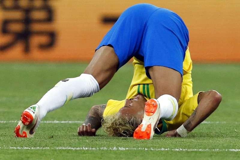 世界足球的超級英雄巴西隊的內馬爾,別人鏟他、碰他 、吹到他,他都會來個內馬爾翻滾。(資料照,美聯社)