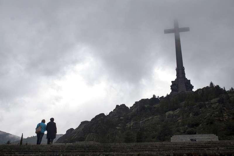 西班牙總理桑切斯18日指出,將把西班牙前獨裁者佛朗哥的遺骨移出「烈士谷」。(AP)