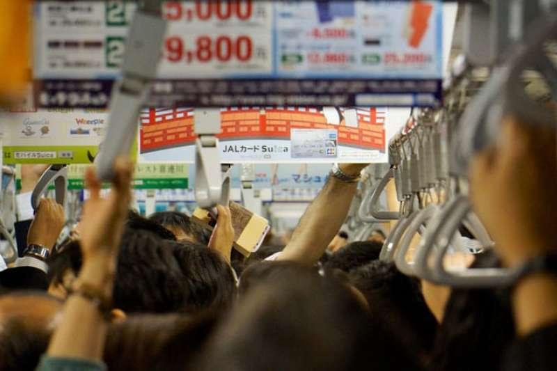 對滿員電車習以為常的日本人心中,特別反感的行為有哪些呢?記清楚囉,別當個失格旅人!(圖/matcha提供)