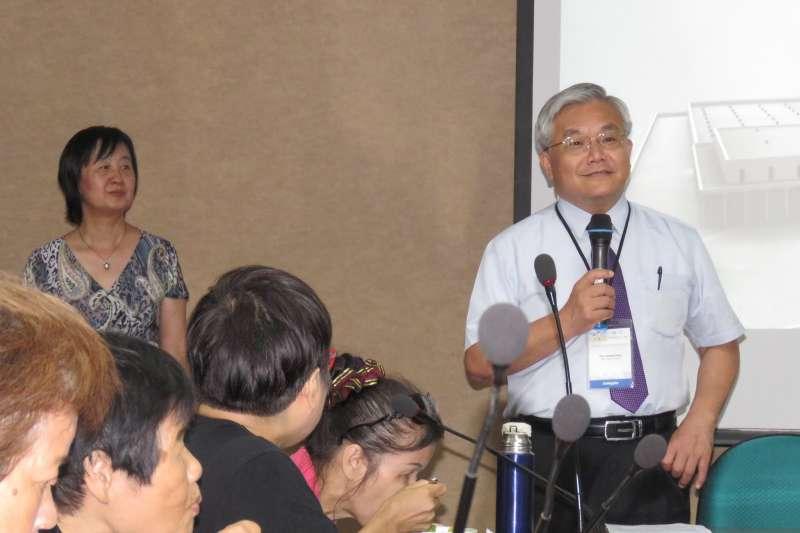 台大職業醫學與工業衛生研究所所長陳保中以自身研究成果,聲援RCA自救會成員。(Ko SHhs提供)